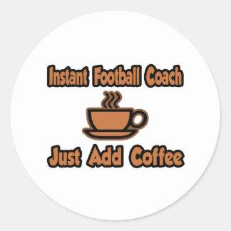 El entrenador de fútbol inmediato… apenas añade el pegatina redonda