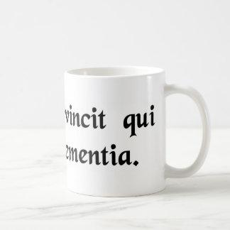 Él es para siempre el vencedor que emplea clemenci taza de café