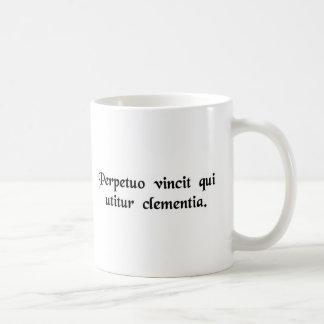 Él es para siempre el vencedor que emplea clemenci tazas