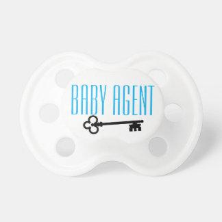 Él es un bebé. Él es un agente. O nah Chupetes Para Bebes