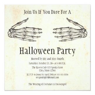 El esqueleto da la invitación de Halloween