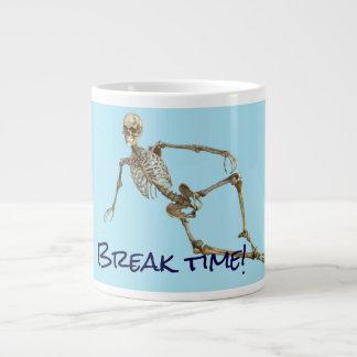 """El esqueleto de relajación dice """"tiempo de la taza de café gigante"""