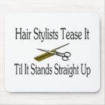 El estilista lo toma el pelo hasta que se coloca d tapete de ratón