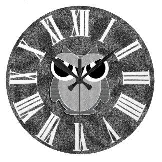 El falso brillo plateado diseñó el búho del reloj redondo grande