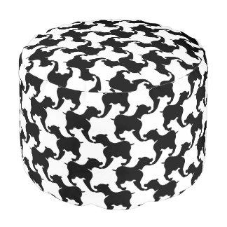 El falso de varios colores-de-poule con los perros puf