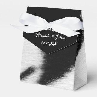 El favor blanco negro del boda de la piel animal caja para regalos