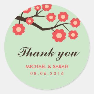 El favor floral rojo coralino del boda le agradece pegatina redonda