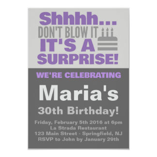 El fiesta de sorpresa invita a púrpura invitación 12,7 x 17,8 cm