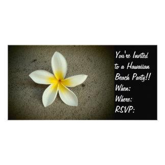 El fiesta hawaiano de la flor del Plumeria invita  Tarjetas Con Fotos Personalizadas