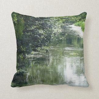 El fluir sereno del río cojín decorativo