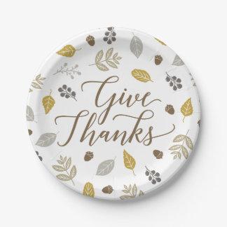 El follaje de otoño da las placas de la acción de platos de papel