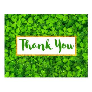 El fondo verde claro de las hojas del trébol le postal