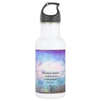 El futuro depende de lo que hacemos en el presente botella de agua