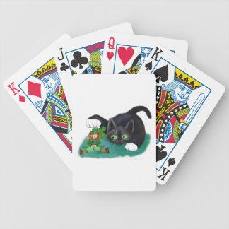 El gatito blanco y negro del smoking marca su cartas de juego