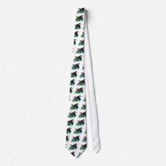 El gatito blanco y negro del smoking marca su corbata