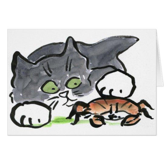 El gatito ha encontrado un cangrejo en la playa tarjeta de felicitación