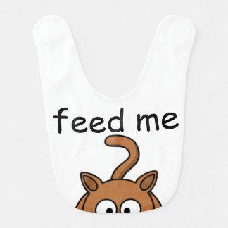 """El gatito hambriento """"me alimenta"""" el babero del"""