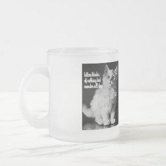 El gatito piensa en asesinato todo el día taza de café esmerilada