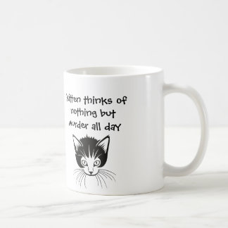 el gatito piensa en nada pero asesinato todo el taza de café