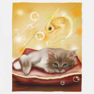 El gatito soña la manta del paño grueso y suave