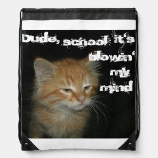 """El gatito """"tipo, lo enseña es blowin mochila de mi"""