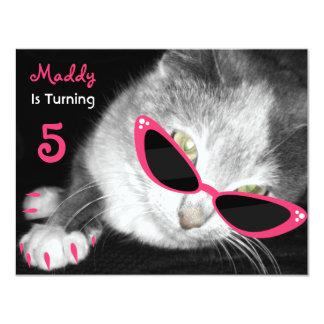 El gato con la fiesta de cumpleaños de las gafas invitación 10,8 x 13,9 cm