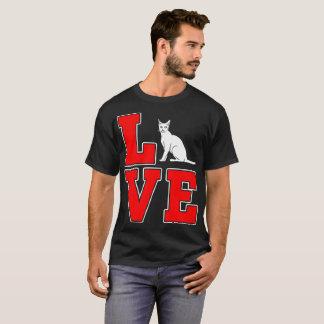El gato de Bombay acaricia la camiseta del regalo