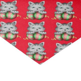 El gato del bulbo del navidad tejó el papel seda