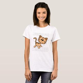 El gato divertido del dibujo animado busca una camiseta