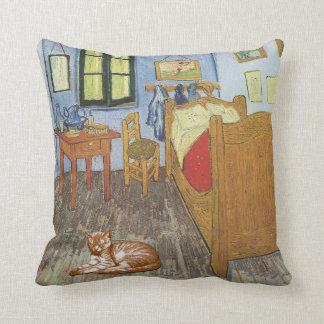 El gato en el dormitorio en la almohada de Arles