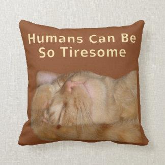 """El gato sarcástico """"seres humanos puede ser tan pe almohadas"""