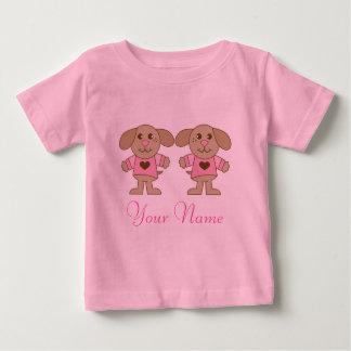 El gemelo personalizó la camiseta del bebé de los