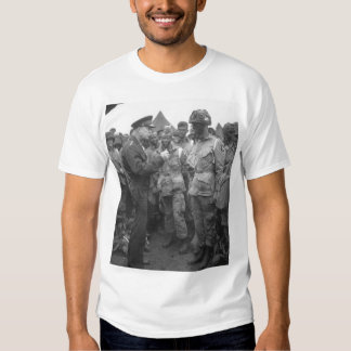 El generador Dwight D. Eisenhower da el Imag Camisas