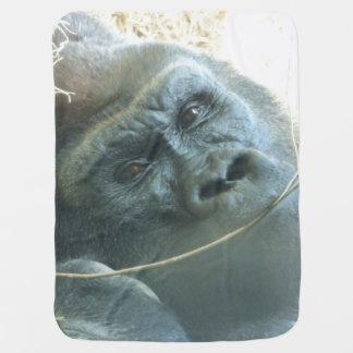 El gorila observa la manta del bebé mantitas para bebé