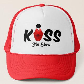 El gorra me besa lento