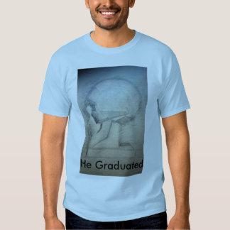 Él graduó camisetas