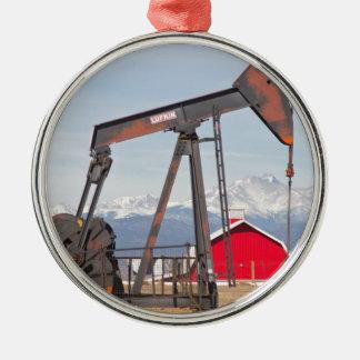 El granero rojo de Pumpjack del pozo de petróleo y Adorno Navideño Redondo De Metal