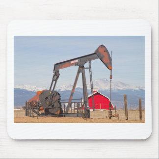 El granero rojo de Pumpjack del pozo de petróleo y Alfombrilla De Ratón