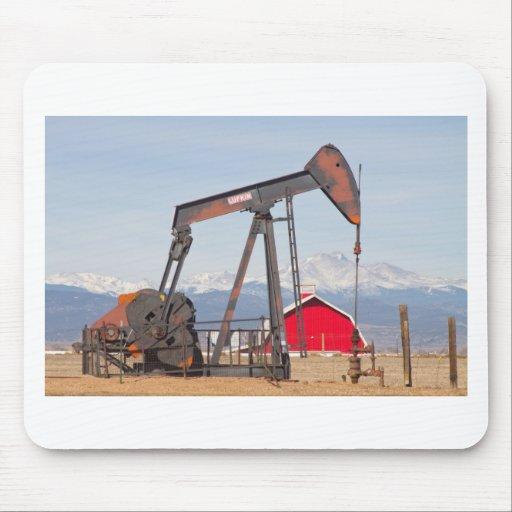 El granero rojo de Pumpjack del pozo de petróleo y Alfombrillas De Ratón