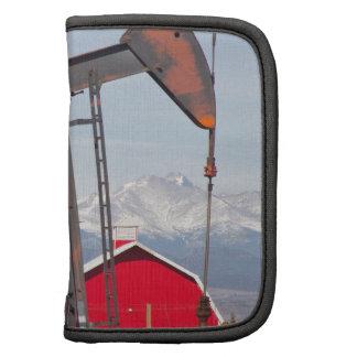 El granero rojo de Pumpjack del pozo de petróleo y Organizadores