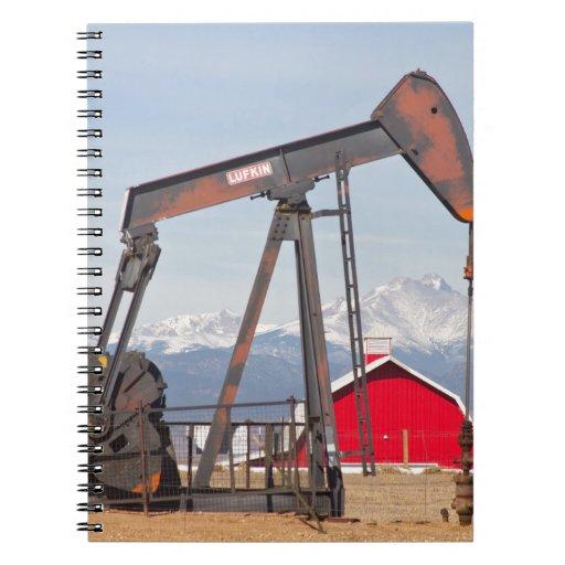 El granero rojo de Pumpjack del pozo de petróleo y Libros De Apuntes