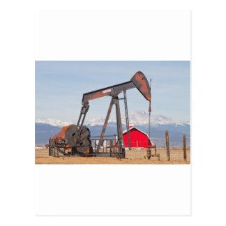 El granero rojo de Pumpjack del pozo de petróleo y Postal