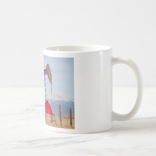 El granero rojo de Pumpjack del pozo de petróleo y Taza De Café