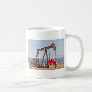 El granero rojo de Pumpjack del pozo de petróleo y Tazas De Café