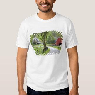 El granero y la granja rojos contienen cerca de camisas
