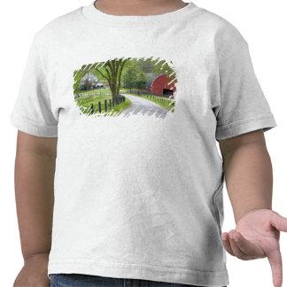 El granero y la granja rojos contienen cerca de camiseta