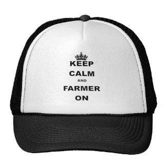 El granjero guarda el camisetas y los regalos gorros