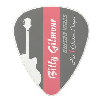 el guitarrista crea sus los propios púa de guitarra de policarbonato
