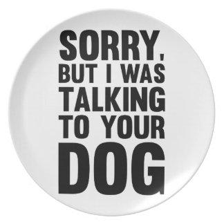 El hablar con su perro plato