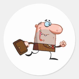 El hombre de negocios camina con la cartera pegatina redonda